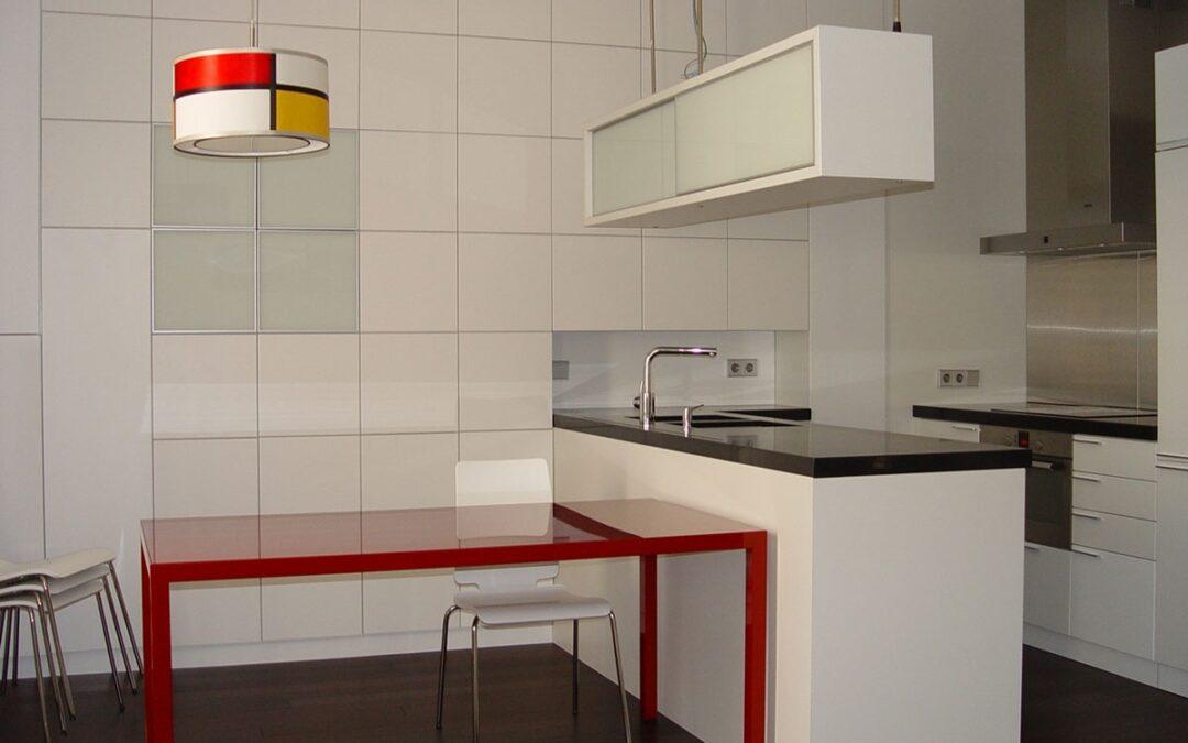 Suelos y muebles de madera en cocinas y baños