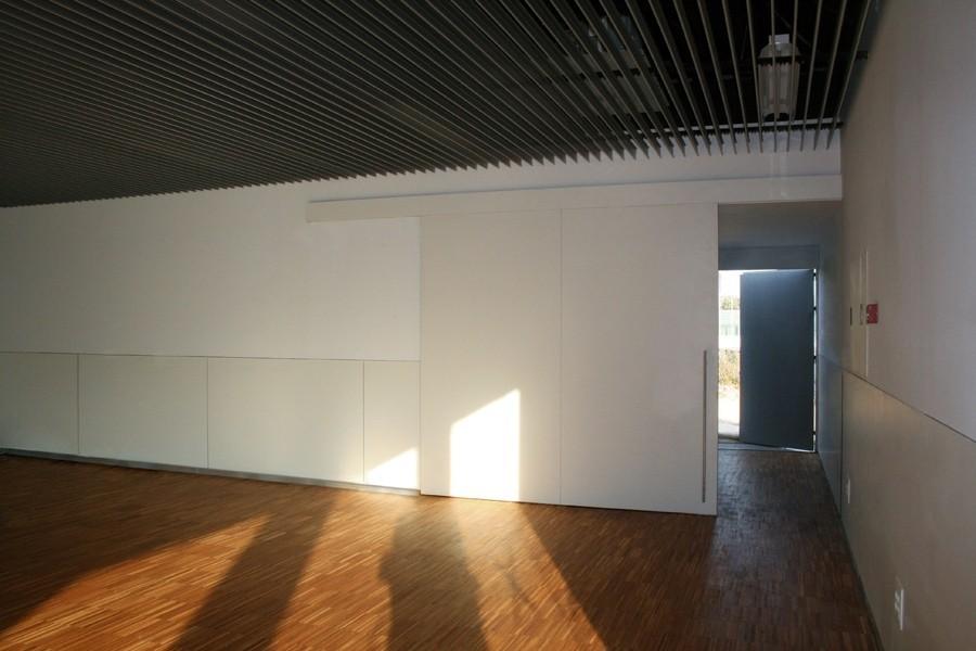 Puerta corredera de gran dimensión realizada en tablero compacto, HPL