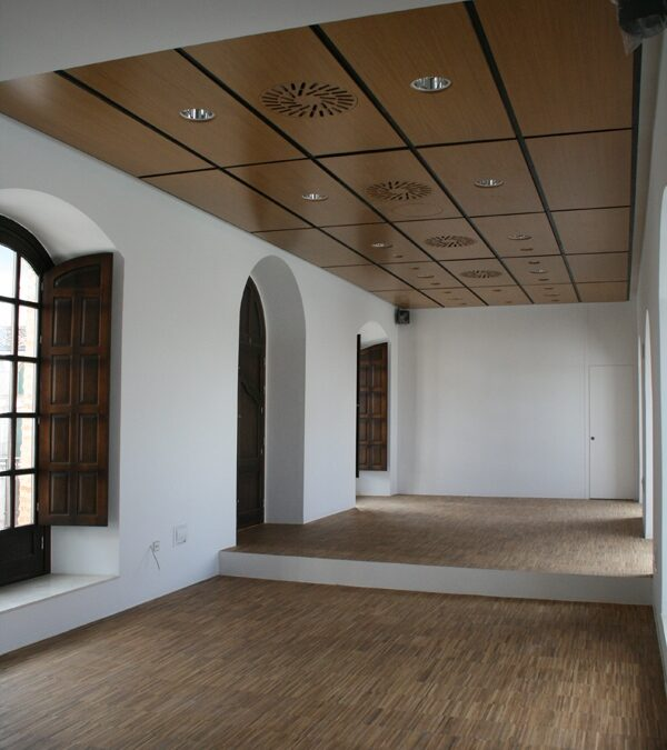 Ceiling made from customized hollow boards of varnished Oak, lacquered steel profiling