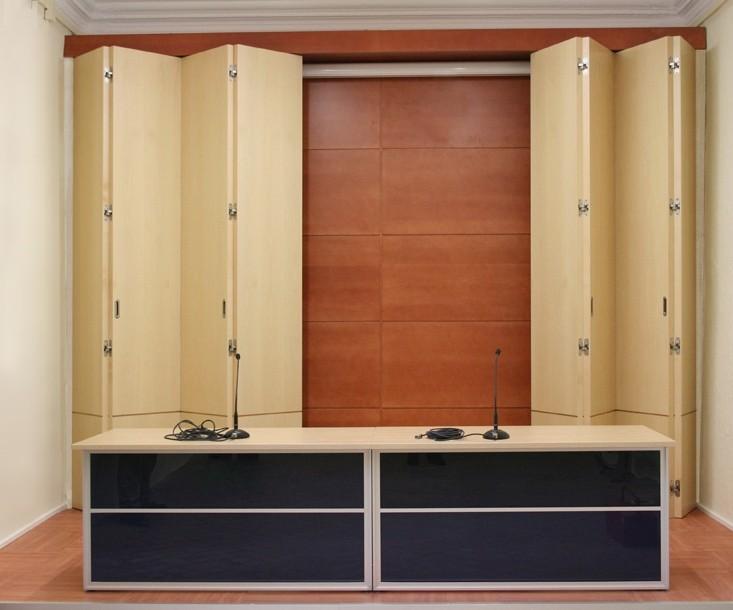 Puertas plegables de gran dimensión en haya blanca sobre revestimiento de cerezo