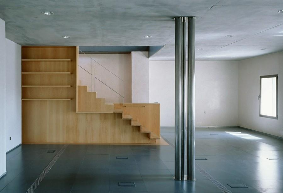 Diseño y fabricación de escalera-estantería en madera de haya, barandilla de acero inoxidable