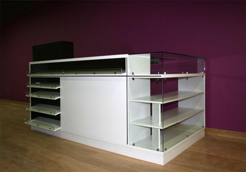 Diseño y fabricación a medida de mostrador-expositor lacado en blanco y negro