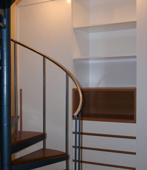 Diseño y fabricación de armario a medida lacado en blanco brillo con puertas correderas y hueco central en madera de haya