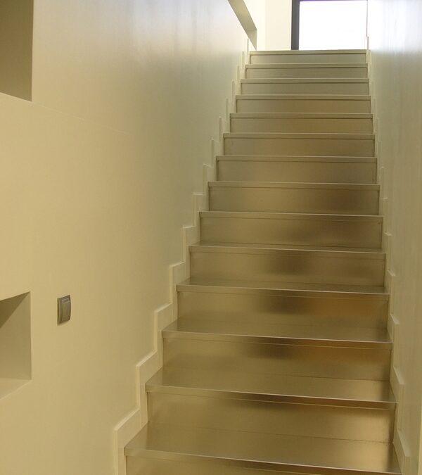 Revestimiento de escalera con chapa de acero inoxidable