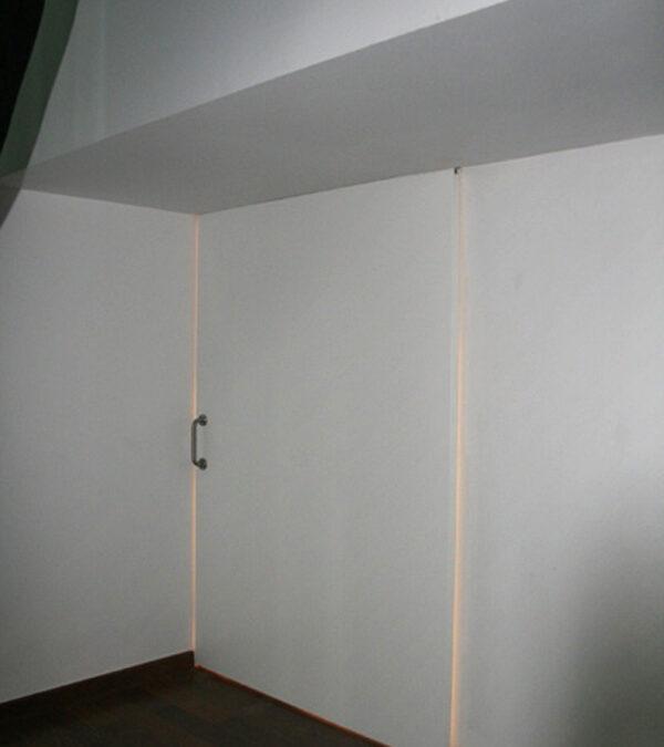 Puerta corredera de suelo a techo acabado estratificado blanco, guía superior oculta
