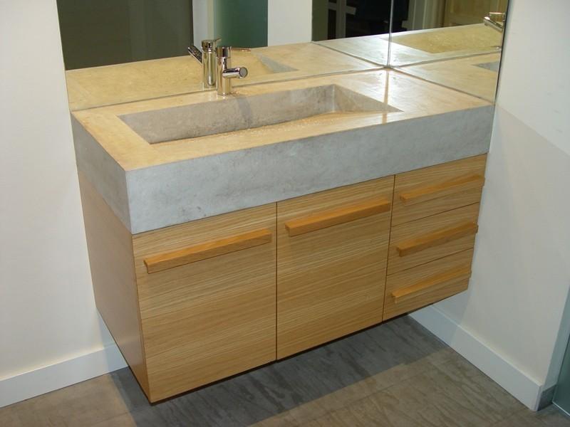Diseño y fabricación a medida de mueble de baño en roble, encimera de piedra