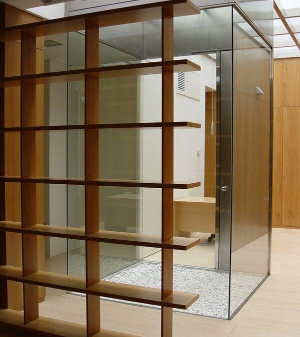 Patio realizado en vidrio laminar montado sobre estructura de acero inoxidable.