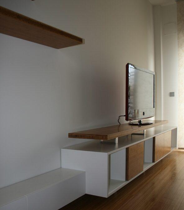 Diseño y fabricación a medida de mueble de TV en bambú y laca blanca