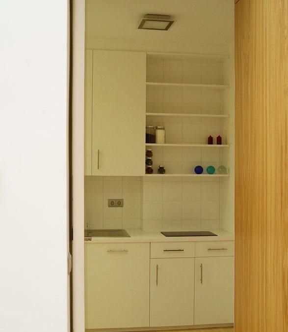 Diseño y fabricación de muebles de cocina a medida realizados con tableros M.D.F. lacados en blanco mate