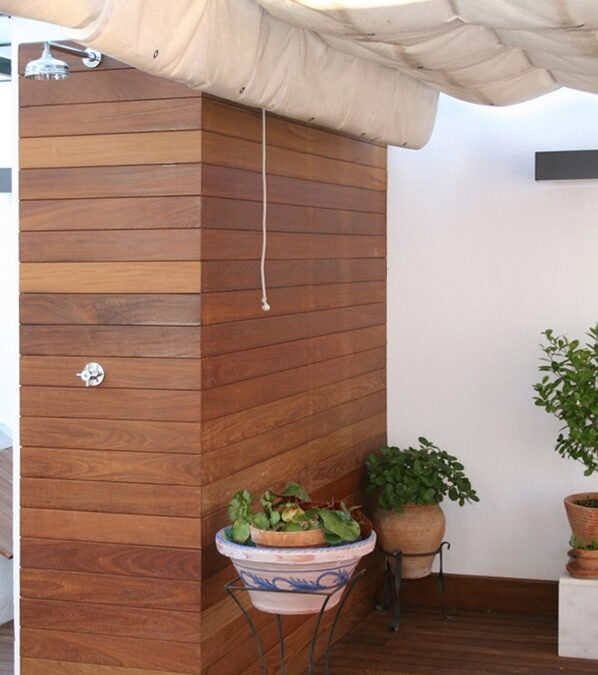 Separation made of ipe planks over interior wooden structure, hidden installation