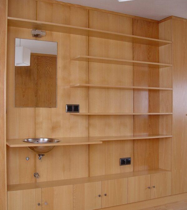 Forrado de pared y estanterías en madera natural de haya