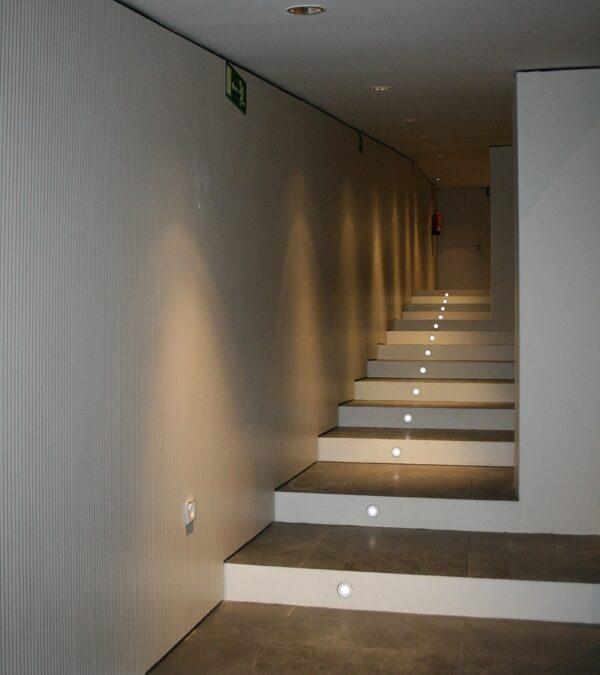 Revestimiento de pared con tablero acústico melamínico blanco fonoabsorbente