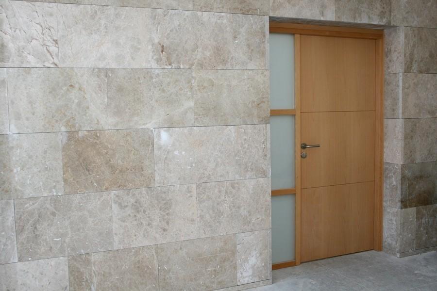 Puerta a medida de dimensiones especiales, realizada en madera de haya con fijo lateral acristalado