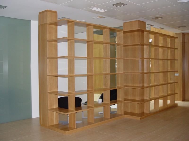 Diseño y fabricación de estantería a medida en madera de roble, acabado encerado