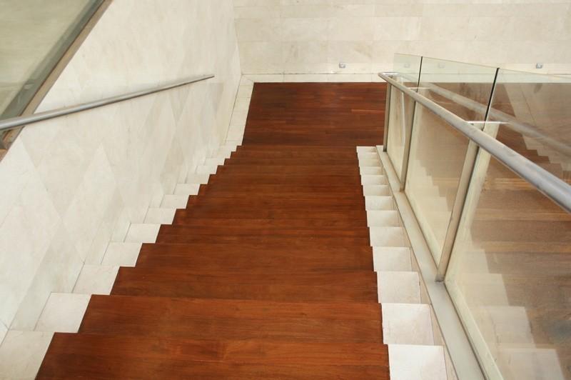 Revestimiento de escalera con lamas macizas merbau_ Hotel Novotel Sevilla