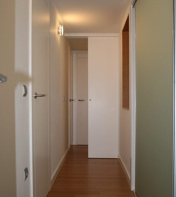 Conjunto de puertas lacadas enrasadas a pared