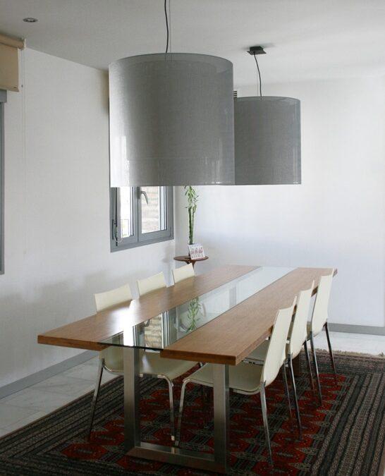 Diseño y fabricación de mesa de comedor a medida en bambú, acero inoxidable y vidrio