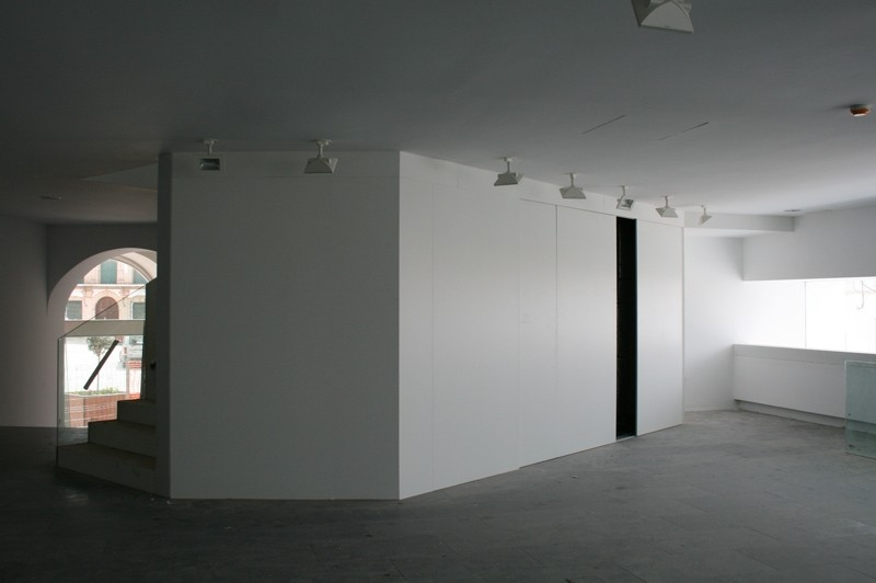 Revestimiento de pared lacado en blanco con puertas correderas integradas