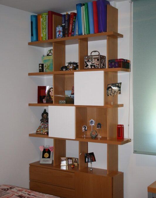 Diseño y fabricación a medida de estantería para dormitorio realizada en haya