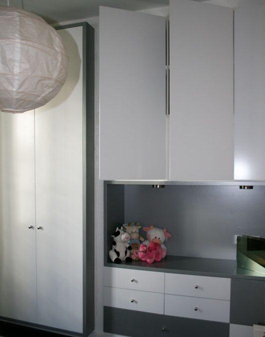 Diseño y fabricación de frente de armario a medida, laca blanca y gris metalizado