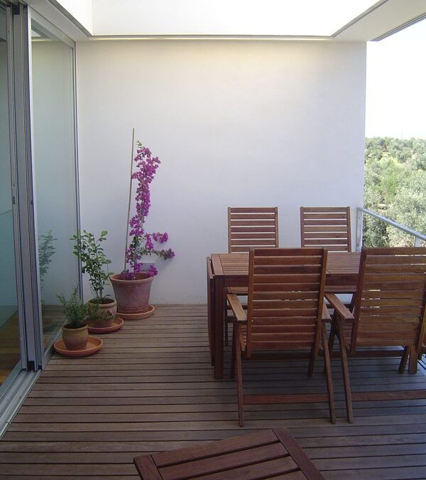 Exterior solid wood platform made of CUMARU, pre-oiled, only custom-made in length only and placed on treated pine battens.