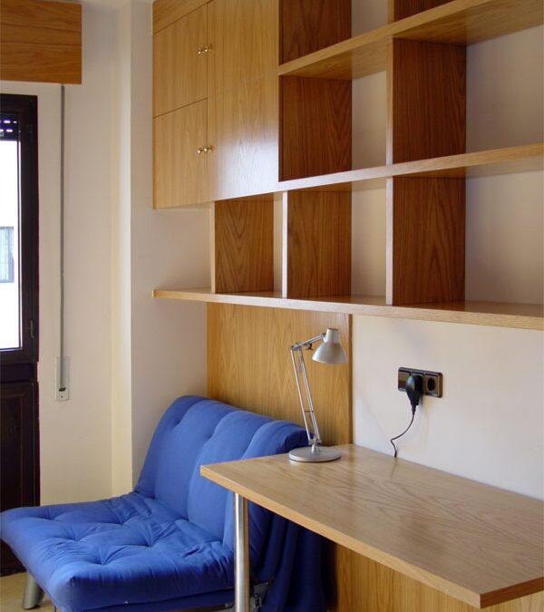 Diseño y fabricación de estantería y mesa de madera a medida en roble