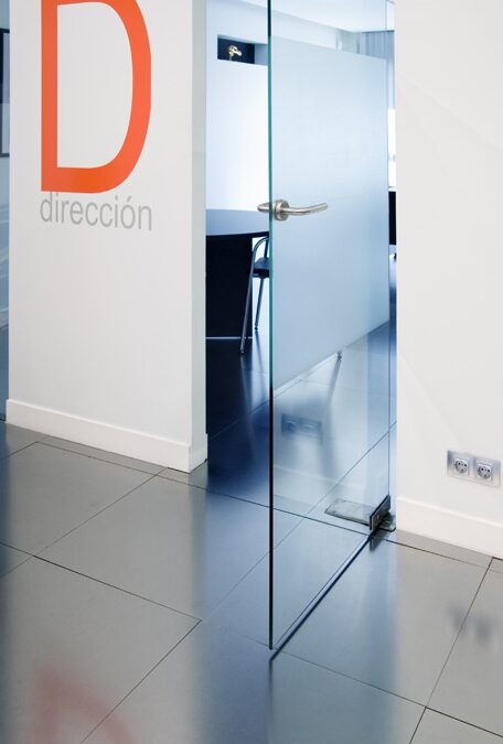 Hinged, glass door tempered with a lower brake box