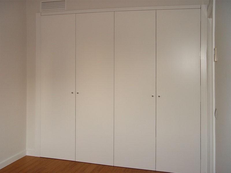 Frente de armario enrasado a tapajuntas, puertas abatibles lacadas