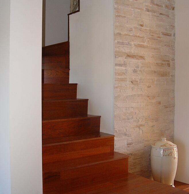 Revestimiento de escalera de fábrica con lamas de madera de jatoba