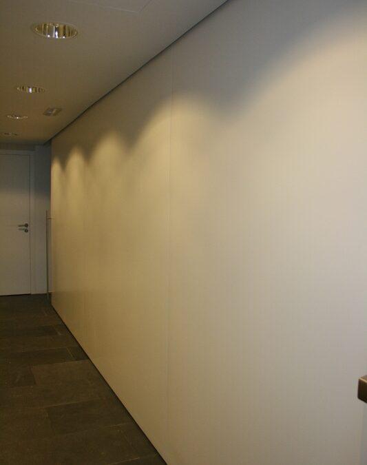 Puerta corredera de gran dimensión _ 7,20×2,30m_ aligerada lacada en blanco mate