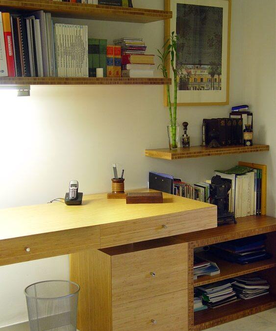 Diseño y fabricación a medida de mesa de escritorio y estantería en bambú