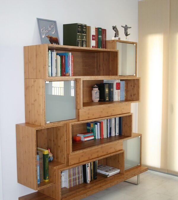 Diseño y fabricación de mueble estantería a medida en bambú, puertas de vidrio