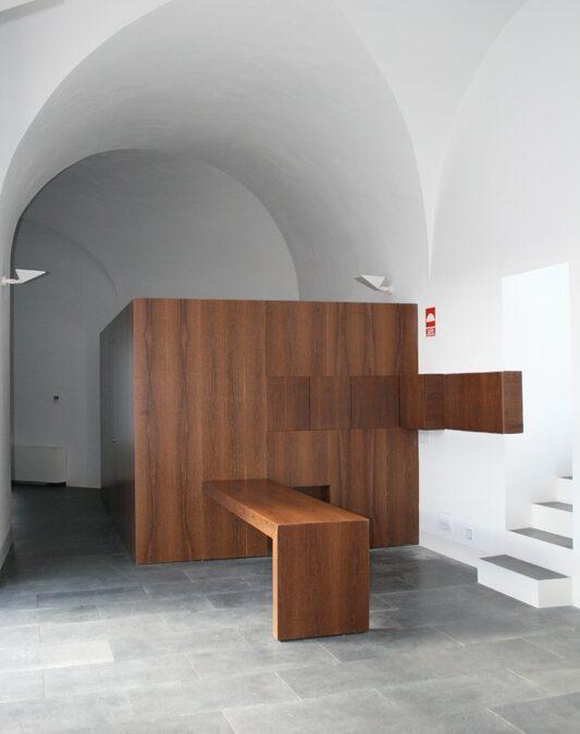 Caja de madera acabada en madera de sucupira, puertas integradas y mostrador a medida