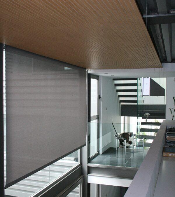 Revestimiento techo con paneles acústicos ranurados terminados en roble