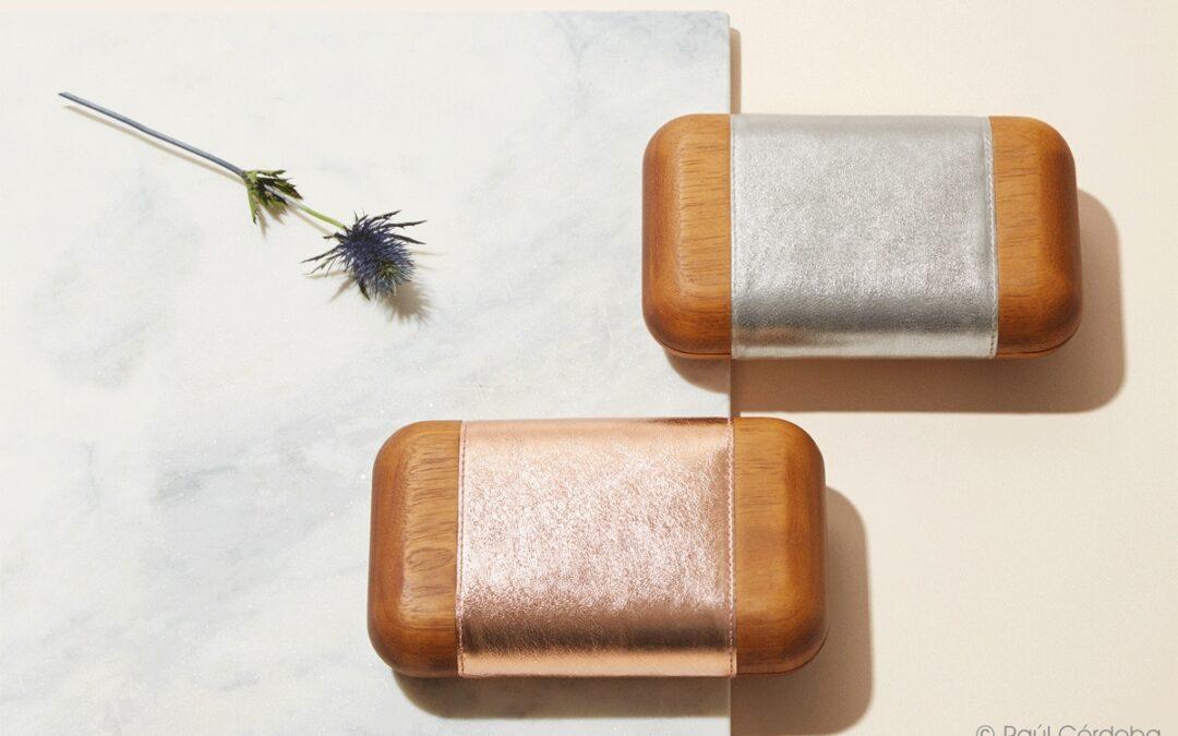 El diseño de Bakari y el trabajo artesanal de Grupo GUBIA unidos por un bolso de madera