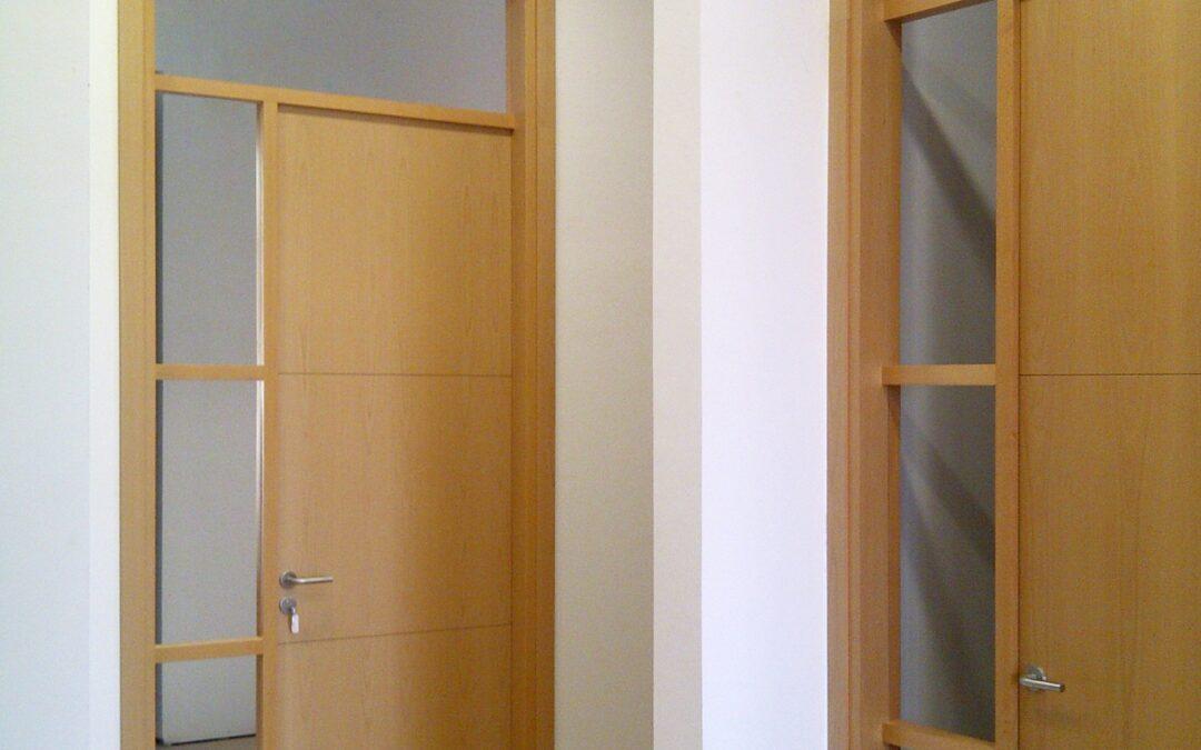 Puertas macizas de madera de haya con marco superior y fijo acristalado