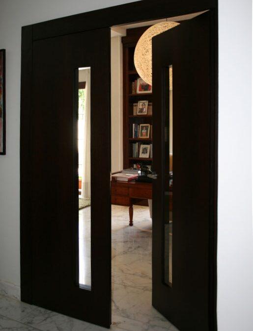 Puerta doble enrasada a tapajuntas acabada en wengué