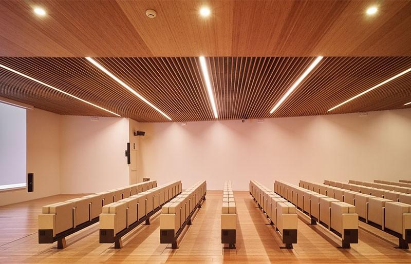 Techo acústico realizado con lamas de bambú colocadas de canto
