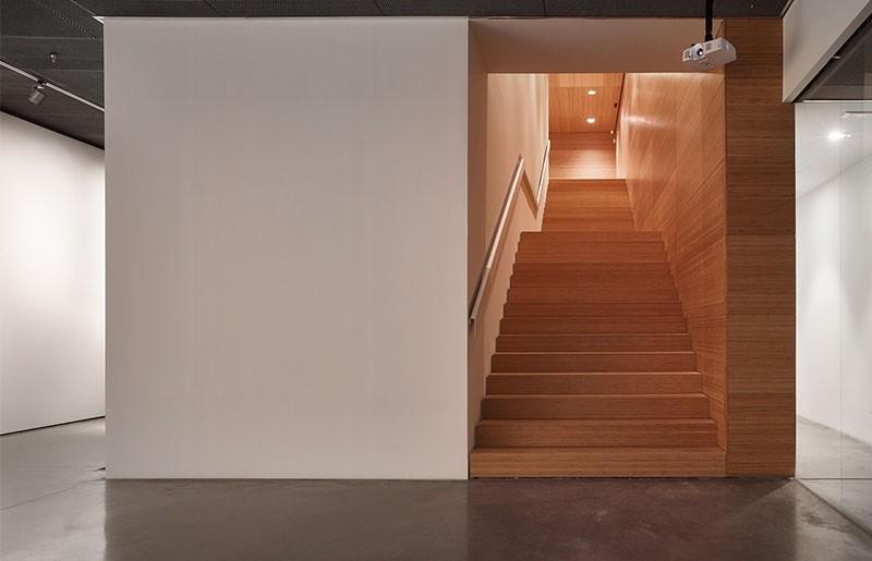Escalera revestida con bambú en el Centre Pompidou Málaga