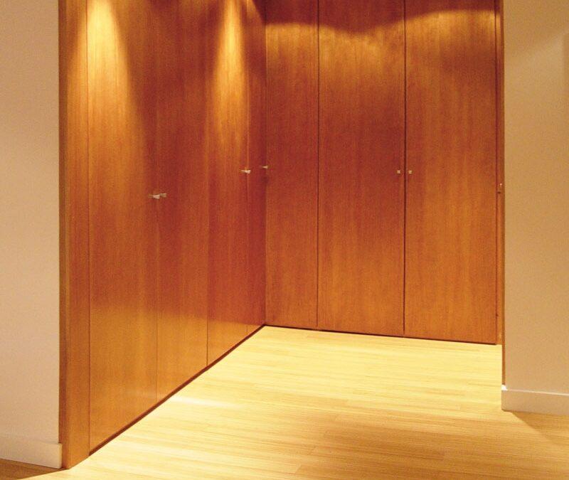 Frente de vestidor a medida en madera de cedro