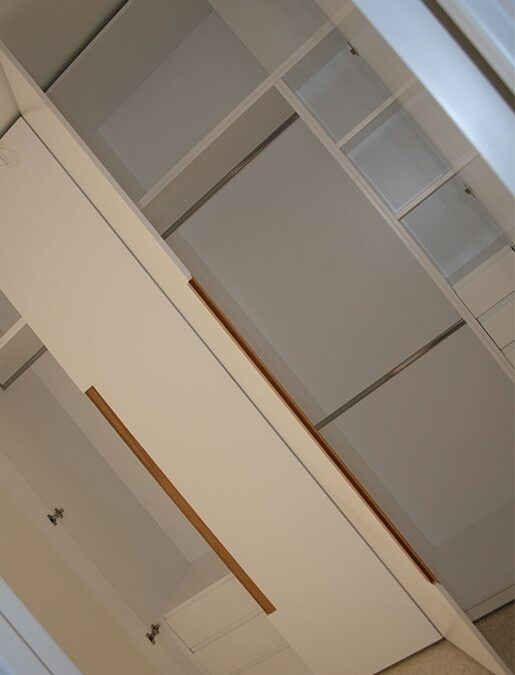 Armario lacado en blanco con detalles de roble, distribución interior en laca
