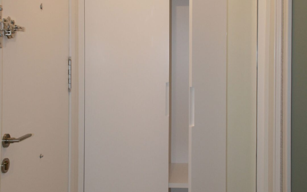 Armario de suelo a techo, uñeros embutidos y espejo integrado