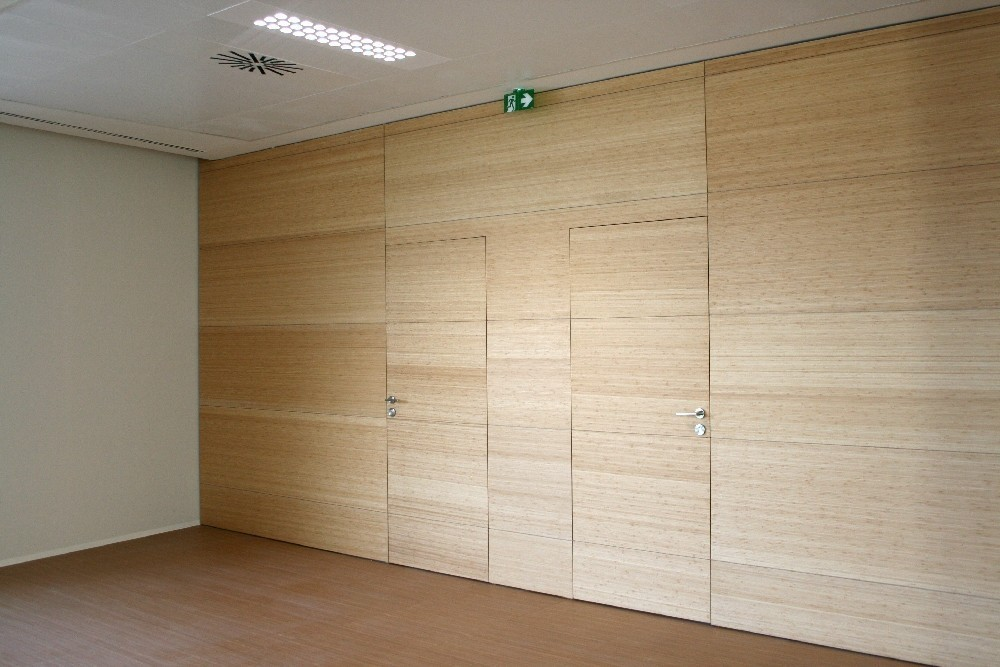 Puerta de bambú enrasada a revestimiento
