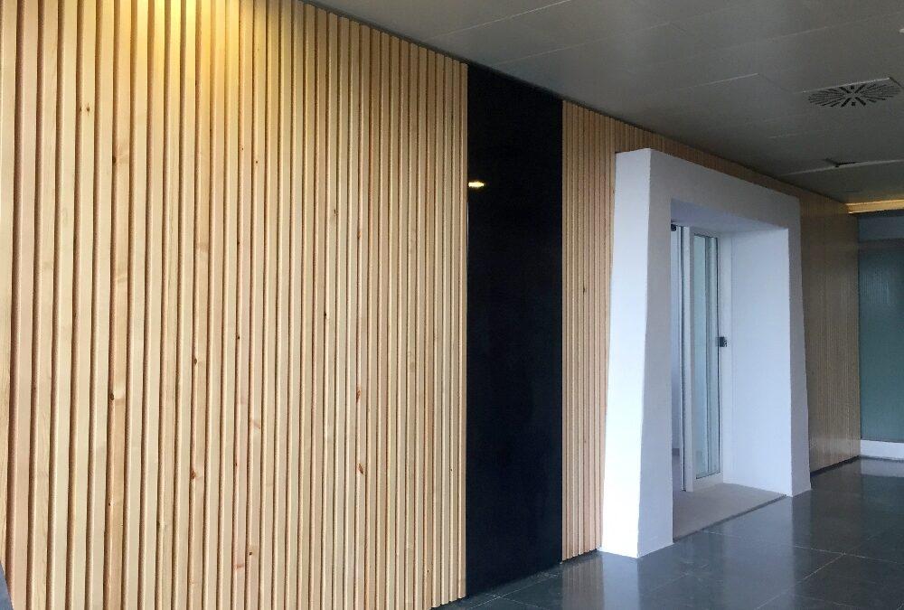 Revestimiento de pared realizado con listones macizos de pino