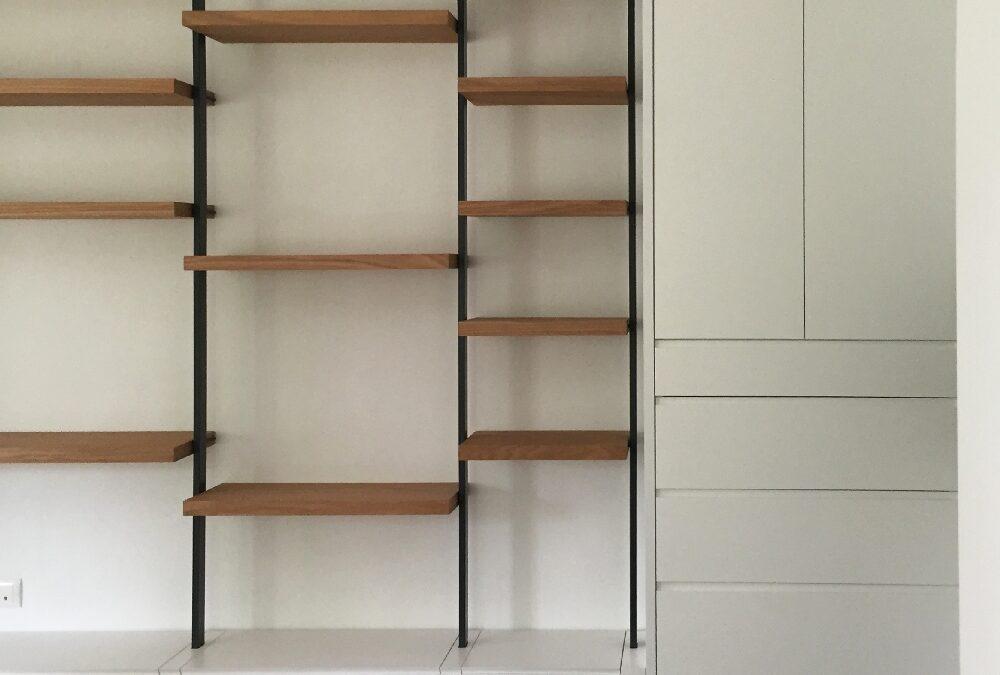 Mueble lacado blanco con estantes en roble