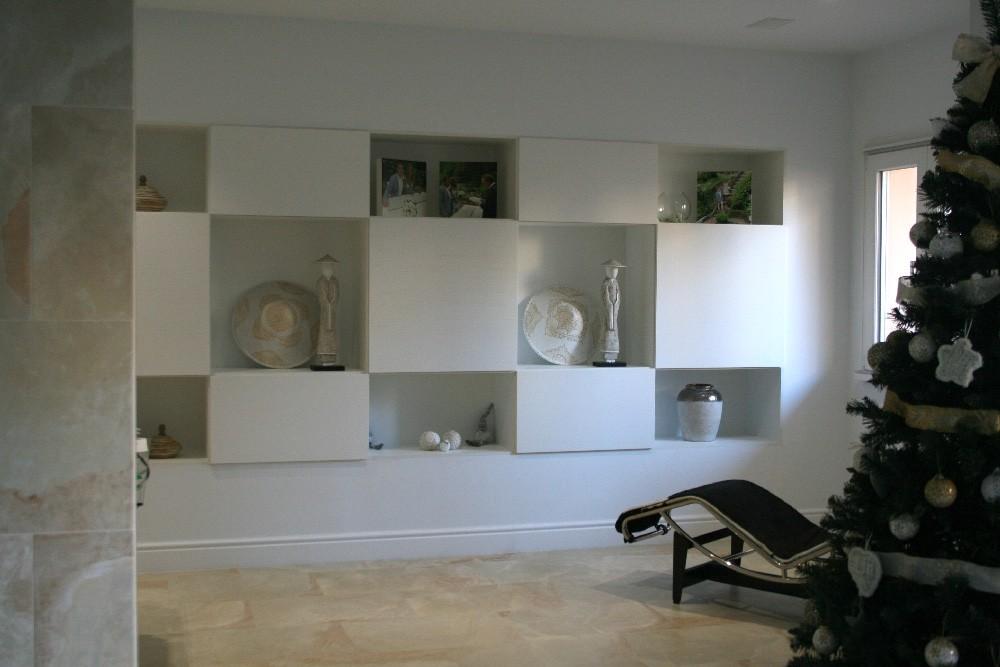 Mueble de madera pintado en blanco
