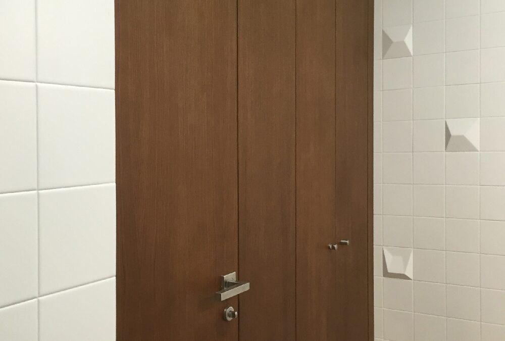 Revestimiento de nogal con puertas enrasadas