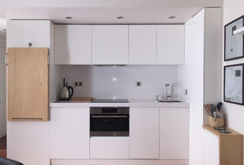 Diseño y fabricación de frente de cocina a medida transformable con mesa abatible