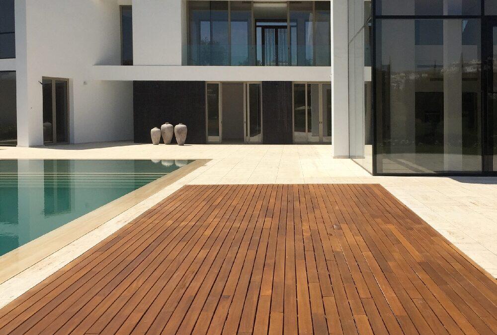 Tarima maciza de exterior con madera natural de iroco en Villa Padierma