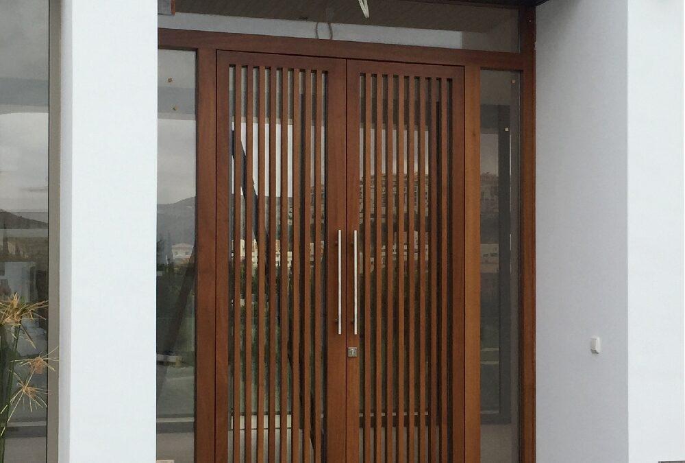 Puerta exterior a medida realizada con madera de iroco